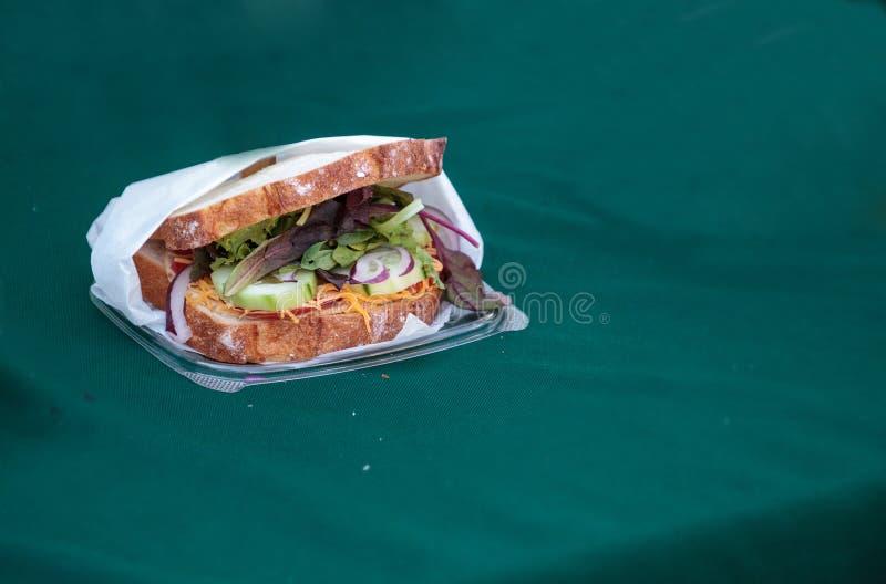 Sanduíche vegetal feito com verdes misturados saudáveis imagens de stock