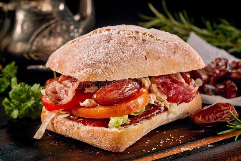 Sanduíche vegetal saboroso com tomates foto de stock