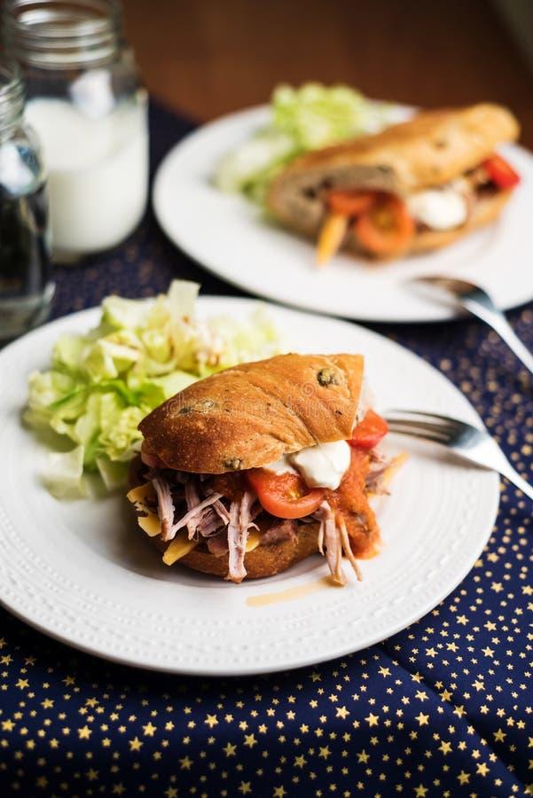 Sanduíches caseiros com carne de porco puxada fotos de stock