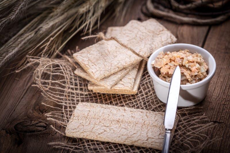 Sanduíches caseiros com pão, o atum e o ovo torrados em um t de madeira imagens de stock