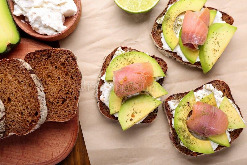 Sanduíches com abacate e peixes imagem de stock