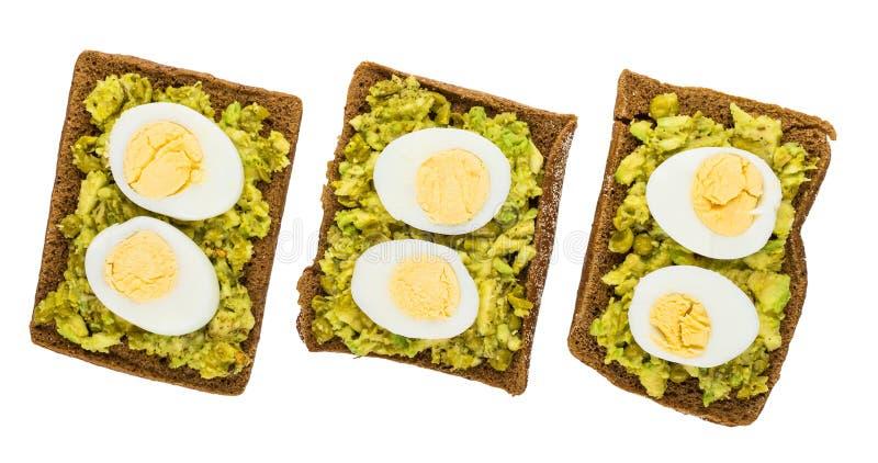Sanduíches com abacate, ervilhas verdes, ovos cozidos isolados no whi imagens de stock