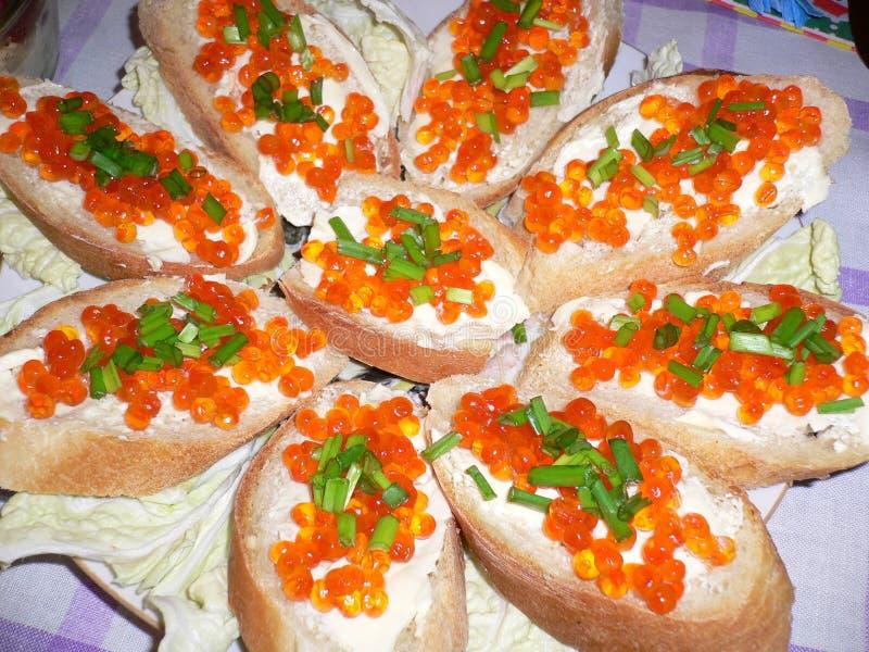 sanduíches com caviar vermelho e as cebolas verdes fotos de stock