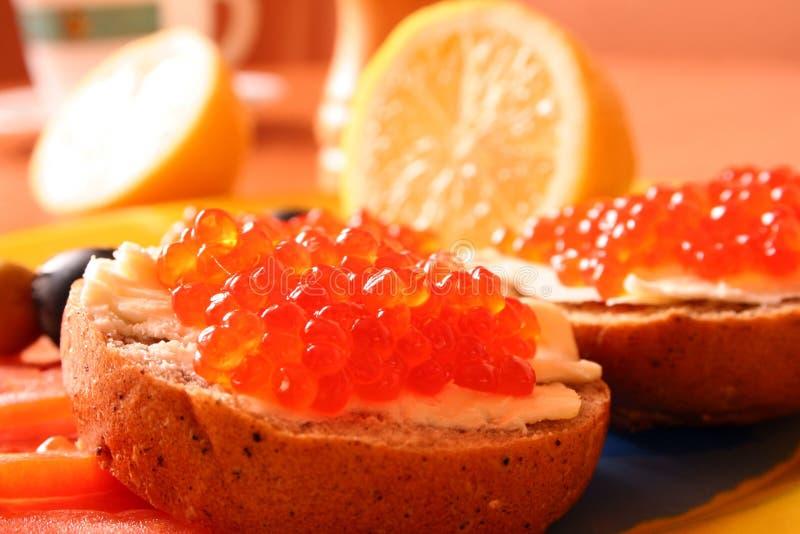 Sanduíches com o caviar vermelho com limão imagem de stock royalty free