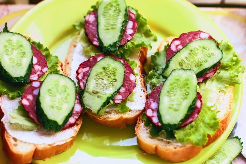 Sanduíches com o pepino da salsicha e alface fumado e verdes l foto de stock royalty free