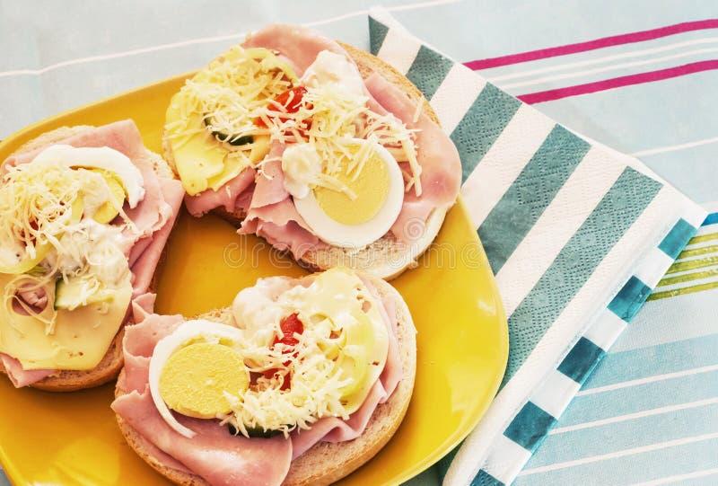 Sanduíches com os tomates do ovo, do queijo, do pepino, do presunto e de cereja fotografia de stock royalty free