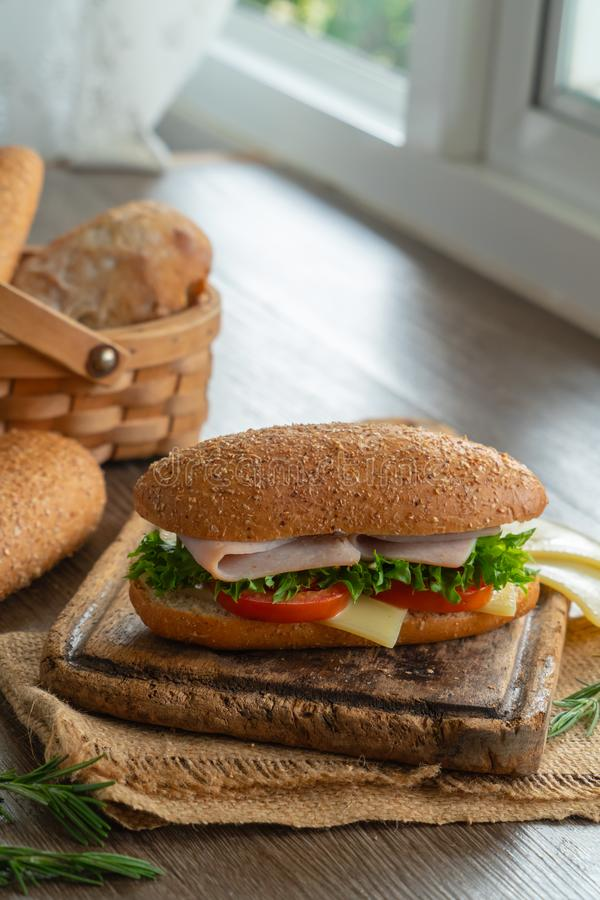 Sanduíches com presunto, tomates, hamburguer do queijo foto de stock royalty free