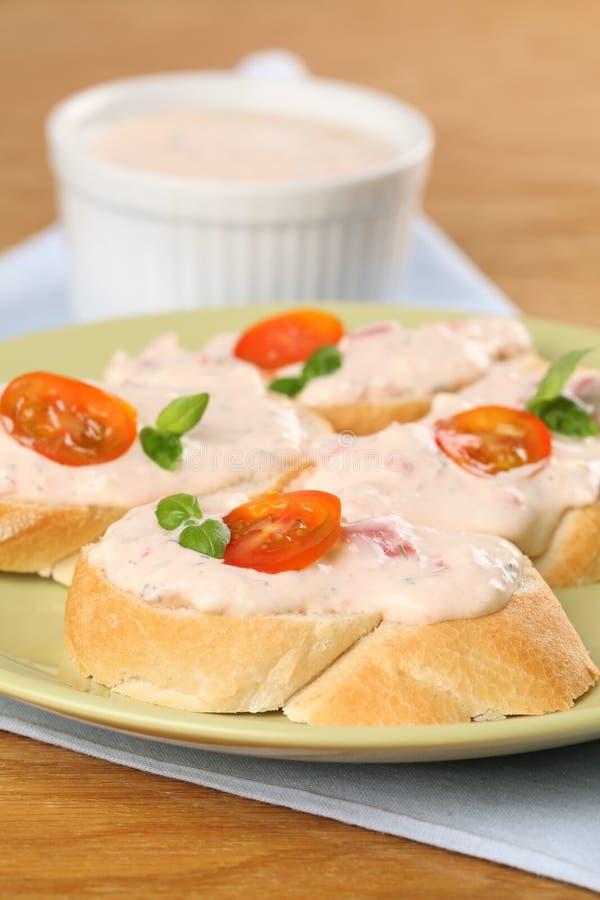 Sanduíches com propagação do tomate imagem de stock