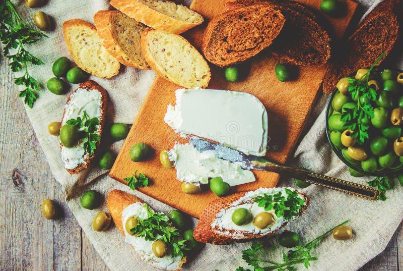 Sanduíches com queijo e azeitonas foto de stock