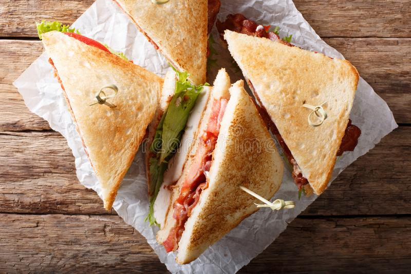 Sanduíches de clube com carne, bacon, os tomates e o le roasted do peru fotografia de stock
