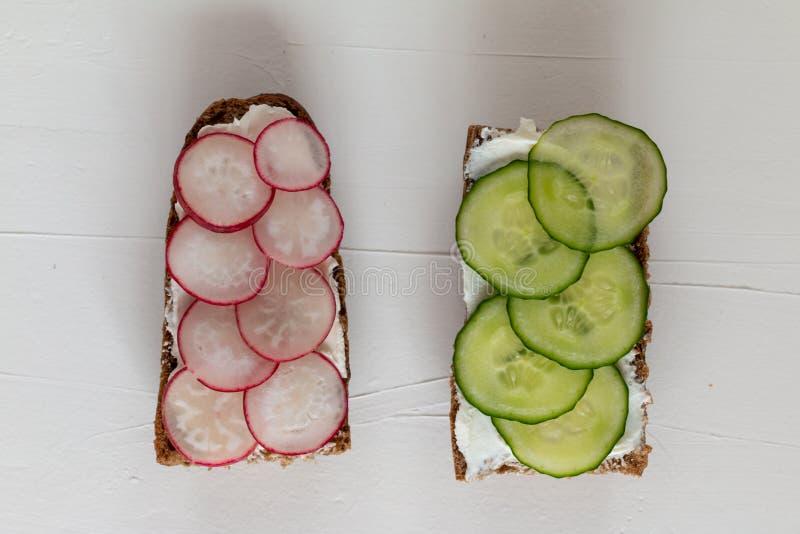 Sanduíches deliciosos saudáveis com pão de centeio e vegetais e requeijão sazonais para o café da manhã com espaço para o texto fotos de stock royalty free