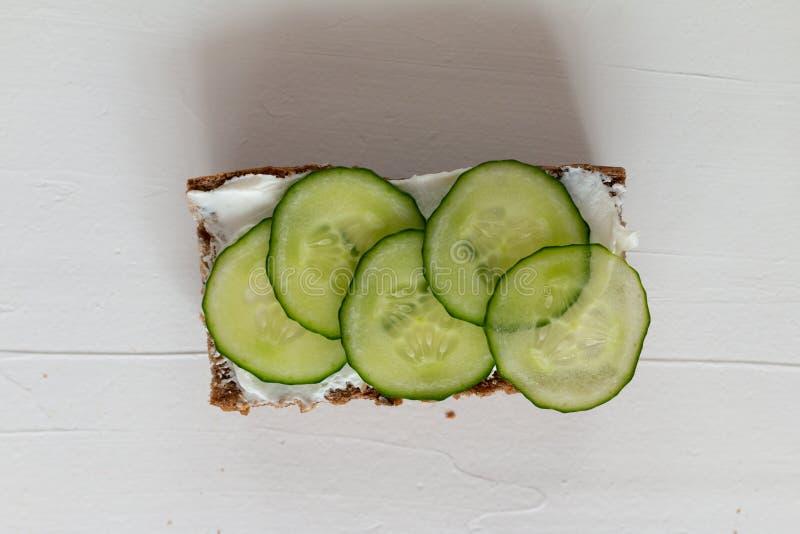 Sanduíches deliciosos saudáveis com pão de centeio e vegetais e requeijão sazonais para o café da manhã com espaço para o texto imagem de stock royalty free