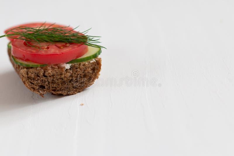 Sanduíches deliciosos saudáveis com pão de centeio e vegetais e requeijão sazonais para o café da manhã com espaço para o texto foto de stock