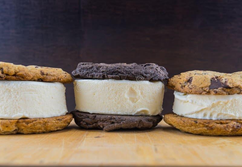 Sanduíches do gelado na tabela de madeira imagem de stock royalty free