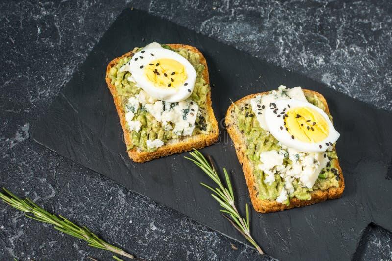 Sanduíches do ovo e do abacate com queijo creme para o café da manhã saudável fotos de stock