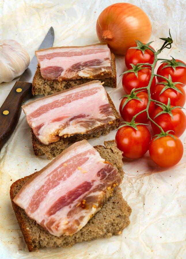Sanduíches do pão de centeio com bacon imagem de stock