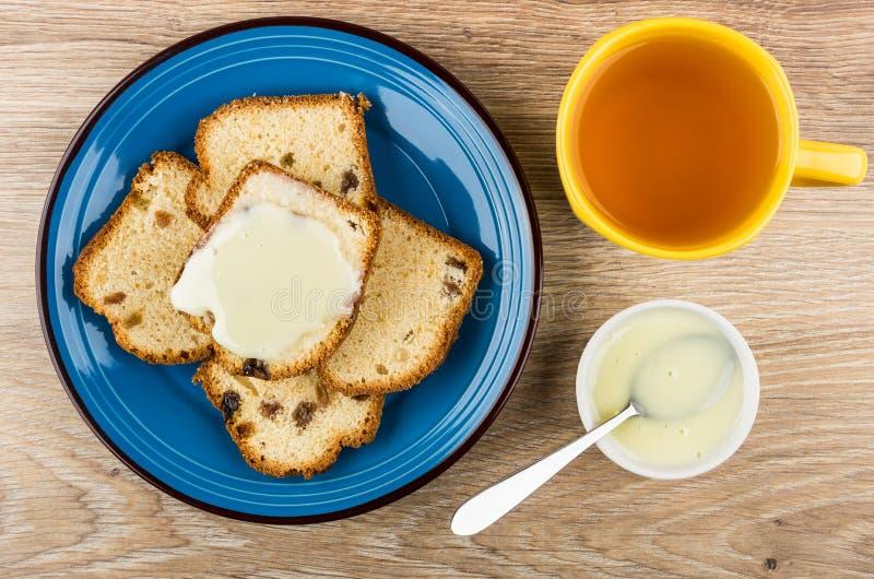 Sanduíches do queque com leite condensado, copo do chá fotografia de stock royalty free