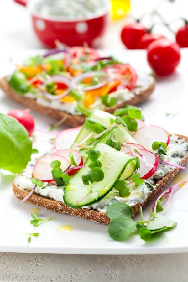Sanduíches do Wholemeal com vegetais fotografia de stock royalty free