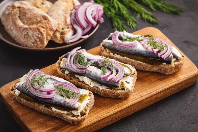 Sanduíches dos arenques com pepino conservado imagem de stock royalty free