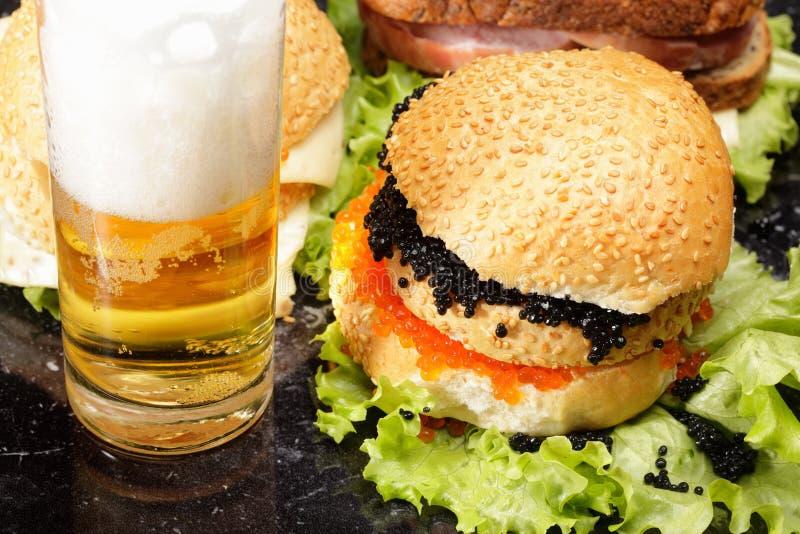 Sanduíches e cerveja imagens de stock