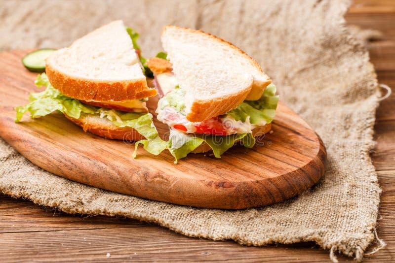 Sanduíches frescos no pano de linho foto de stock royalty free