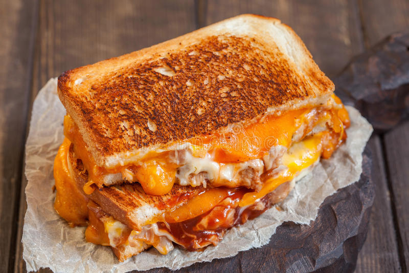 Sanduíches grelhados deliciosos do queijo com galinha foto de stock royalty free