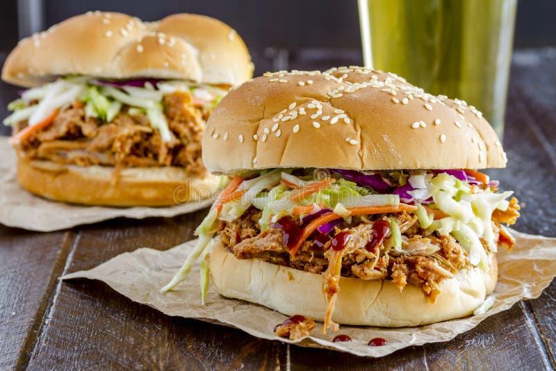 Sanduíches puxados assado da carne de porco foto de stock