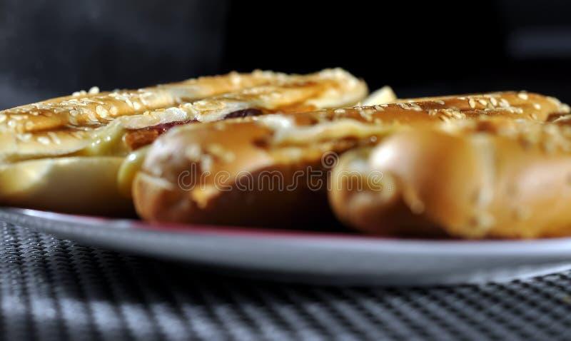 Sanduíches quentes com presunto e queijo para o café da manhã imagens de stock