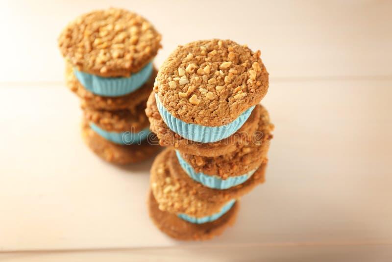 Sanduíches saborosos da cookie do gelado do quivi imagens de stock