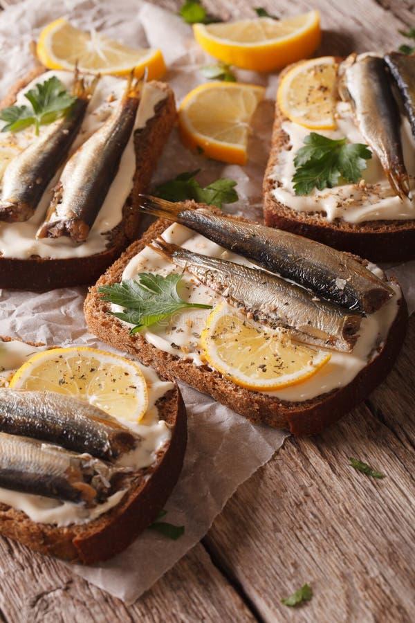 Sanduíches saborosos dos peixes com close-up do queijo creme e do limão Vert imagem de stock