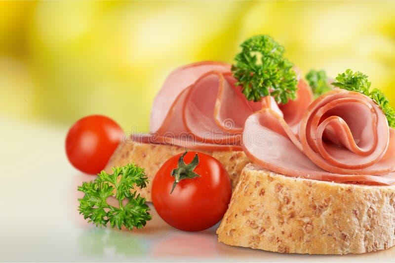 Sanduíches saborosos frescos com o presunto na placa, close-up imagens de stock royalty free