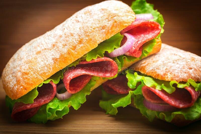 Sanduíches saborosos frescos com presunto, opinião do close-up imagens de stock