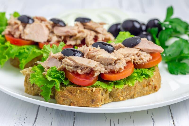 Sanduíches saudáveis com o close up dos peixes de atum foto de stock