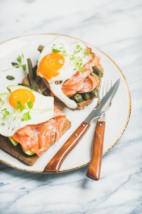 Sanduíches saudáveis do café da manhã na placa sobre o fundo de mármore fotografia de stock