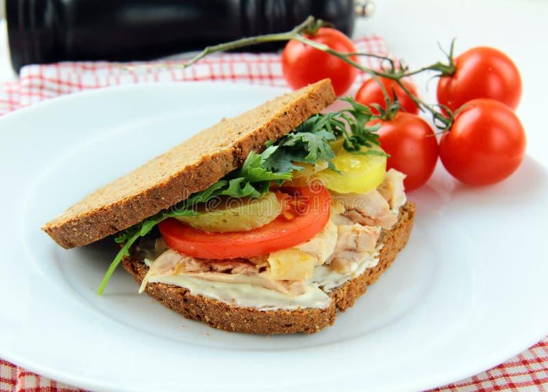 Sanduíches saudáveis grandes feitos com pão inteiro da grão imagens de stock royalty free