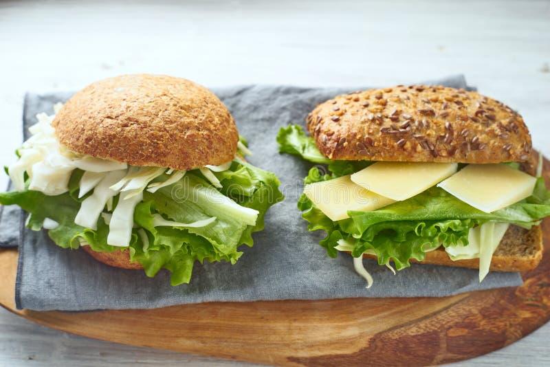 Sanduíches vegetais na tabela de madeira branca horizontal imagem de stock