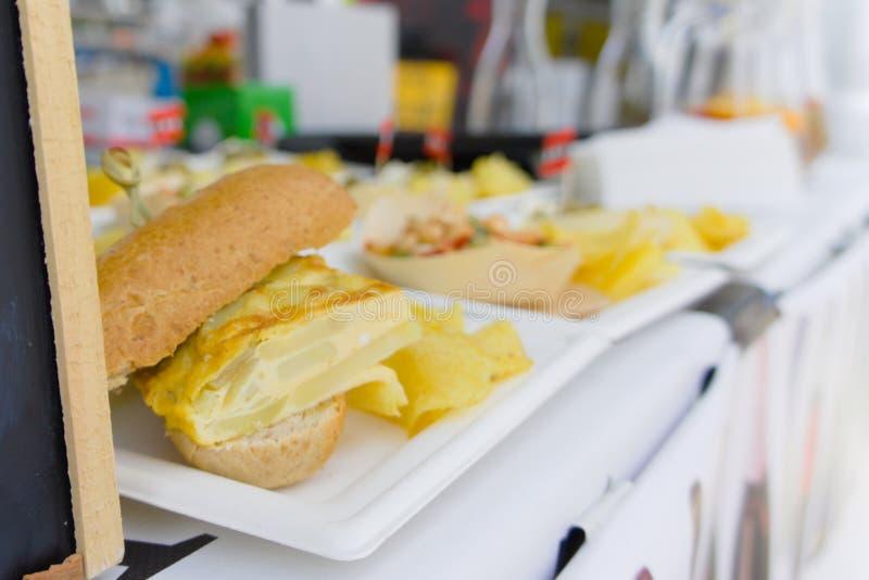 Sanduíches vendidos na feira da rua imagem de stock