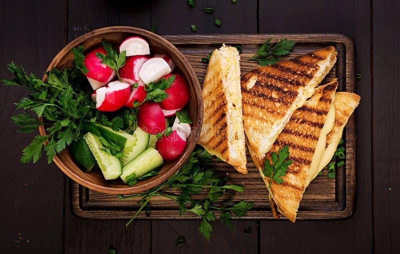 Sandu?che quente americano do queijo Sandu?che grelhado caseiro do queijo para o caf? da manh? fotos de stock royalty free