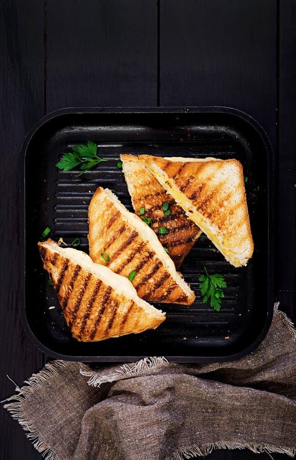 Sandu?che quente americano do queijo Sandu?che grelhado caseiro do queijo para o caf? da manh? imagens de stock royalty free