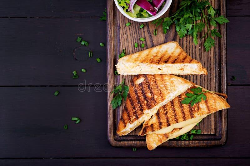 Sandu?che quente americano do queijo Sandu?che grelhado caseiro do queijo foto de stock royalty free