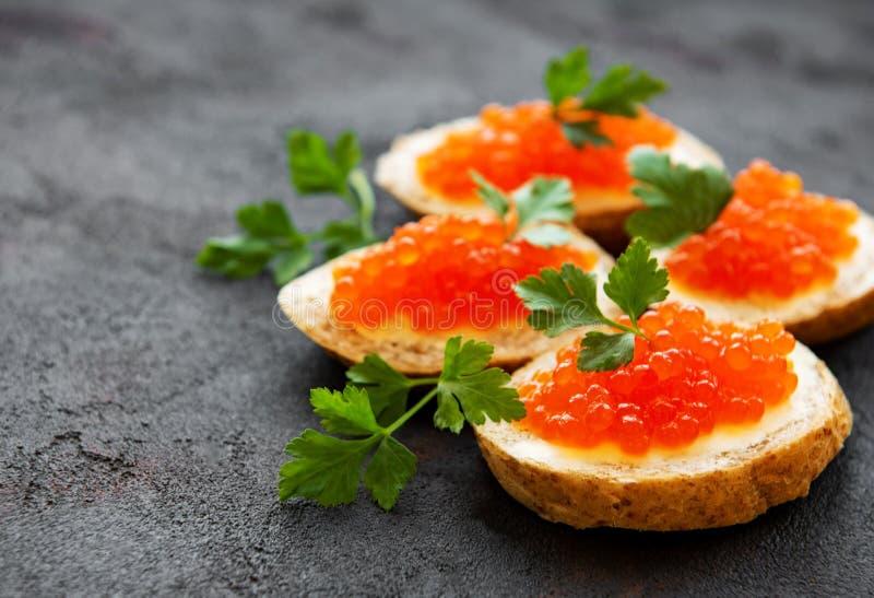 Sandu?ches com caviar vermelho fotos de stock