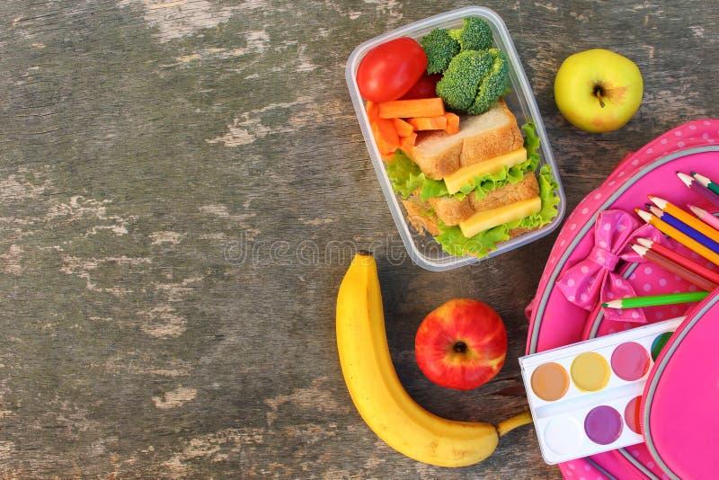 Sandu?ches, frutas e legumes na caixa do alimento, trouxa no fundo de madeira velho fotografia de stock