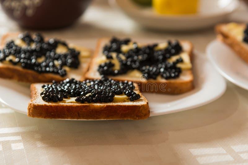 Sandvich met zwarte kaviaar en boter stock foto's