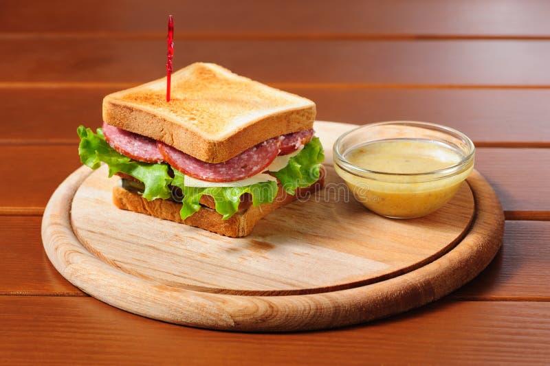 Sandvich mit Käse, Salami und Kopfsalat lizenzfreie stockfotos