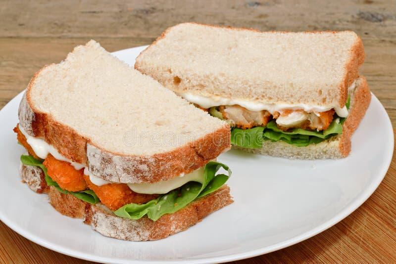 Sandwich à bâton de poisson d'un plat images stock
