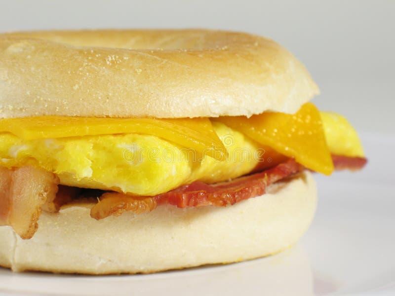 Sandwich à bagel de lard et d'oeufs photographie stock