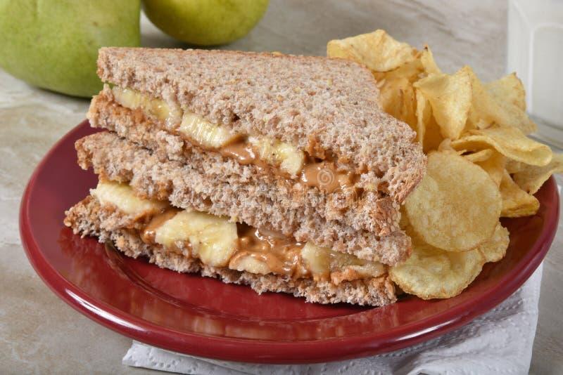 Sandwich à beurre d'arachide avec des pommes chips photos stock