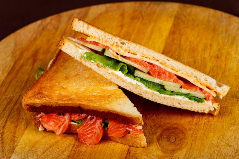 Sandwich à club avec des saumons images libres de droits