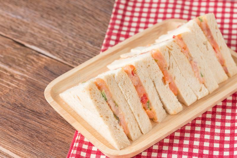 Sandwich à club avec des saumons de plat images stock