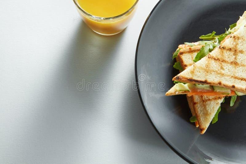 Sandwich à club avec des saumons et des légumes images libres de droits